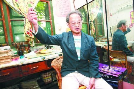 74岁的杨大成副教授希望找到自己生命中的另一半 记者 张路桥摄