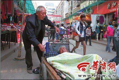 咸阳市人民路附近,程云海用改装的平板车,拉着瘫痪的老伴游玩。本组图片由本报记者要露滋摄