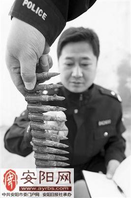 图为民警正在清点施工工人主动上交的机枪子弹。(张志伟 摄)