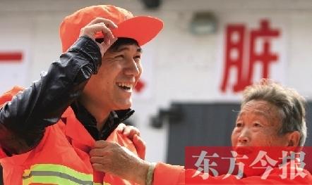 记者在环卫工人的帮助下,换上工作服