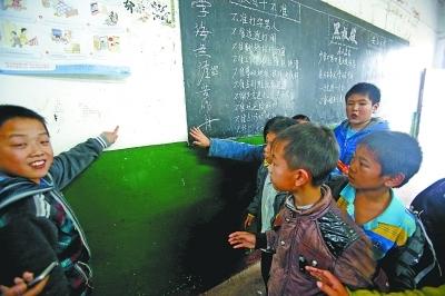 图为同学们说汪老师在黑板旁揪住鑫鑫的脸向墙壁猛撞。