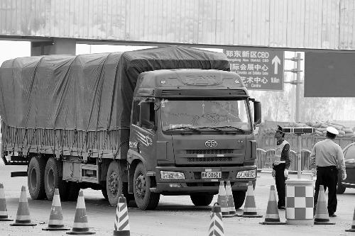 黄河公路大桥上,执法人员正在查处超载车。