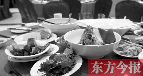 昨日,郑州市金水区一饭店,餐桌上剩下的菜肴令人心痛