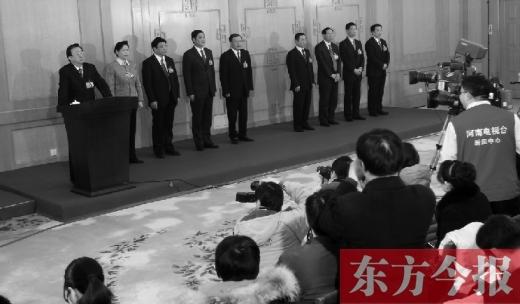 29日,新当选的省长郭庚茂和副省长同记者见面,郭庚茂向大家介绍各位副省长并作出郑重承诺