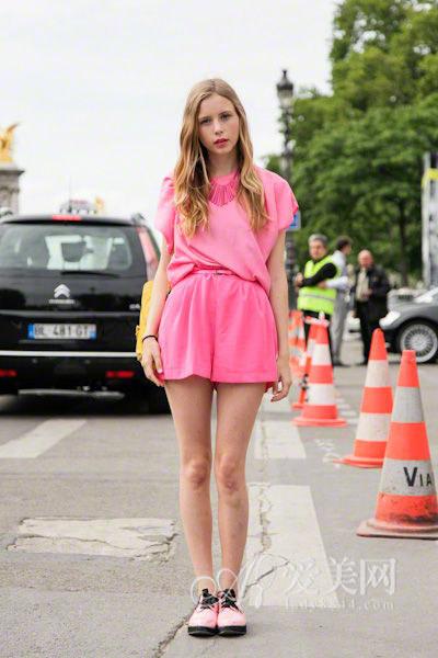 粉色马丁鞋
