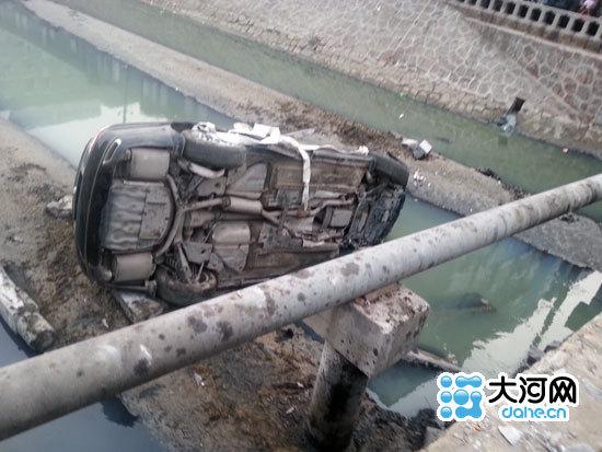 轿车撞倒桥面护栏掉入河中