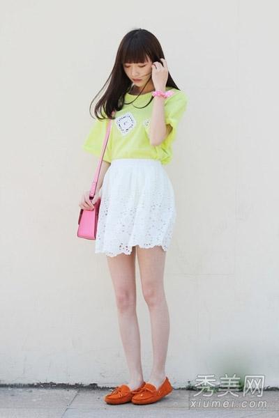 搭配白色蕾丝镂空短裙甜美又可爱!