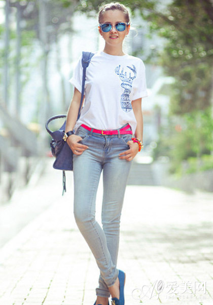 白色t恤+紧身牛仔裤