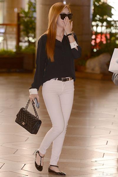 郑秀妍   示范搭配:雪纺衬衫+白色紧身裤