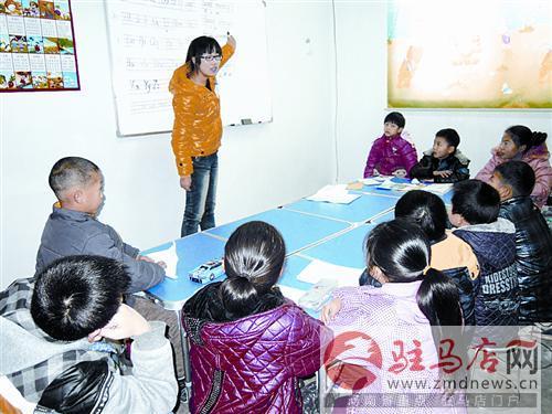 志愿者正给孩子们上课。