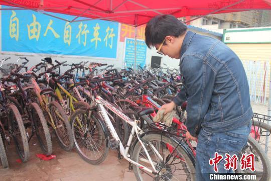 劳动节假期,梁鹏坚守在他的二手自行车行。马义恒摄