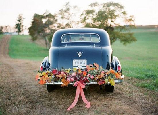 新人们总是注重婚宴上的布置,而忽略了婚车装饰的重要性.图片
