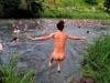 英国举行集体裸泳