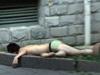 男子酒后裸身坠楼身