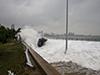 台风巨浪掀翻汽车
