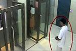 监控拍下女子银行存钱遭电击抢劫