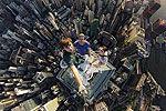 俄罗斯冒险家攀上香港346米高楼玩自拍