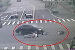 监控拍下摩托车载5人闯红灯被撞飞