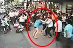 实拍2名女子街头扯公交雨刷器暴打女司机