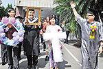 师生穿寿衣捧遗照花圈出席毕业典礼