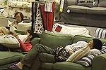 实拍市民宜家大卖场内打牌睡觉悠然自得