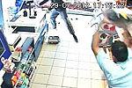 英国歹徒持刀抢劫商店经理猛掷啤酒将其击退