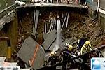 实拍路面突然坍塌致1男子坠亡