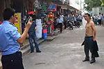 实拍民警鸣枪拦劫砍人男子 便衣背后夺刀
