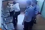 女子带违禁品被查 殴打执勤民警撞墙自残