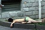 男子酒后裸身坠楼