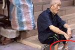 儿子为防止老人走失给83岁老父亲戴脚镣