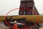工程车卸货忘收车身撞落钢管 司机被压死