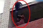 实拍欲跳楼轻生女孩被消防员踹回阳台