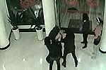 监拍劫匪持玩具枪抢劫被4女子围殴