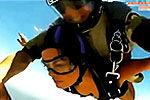 美女组团性感跳伞 只穿内衣从天降