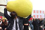 男子背巨型鸭梨现闹市 呼吁关注压力一族