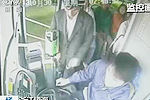监控拍下男子乘公交坐过站怒拔车钥匙
