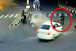 实拍路人违规等红灯两车相撞时被殃及撞飞