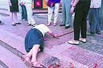 老人被撞倒地无人敢扶 女子施救车被偷走
