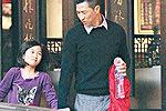 张家辉超级跑车接7岁女儿度假日