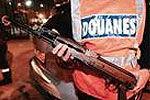 实拍4悍匪持AK47抢珠宝店与警察交火