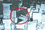 实拍小偷2小时蹲姿行窃躲避15个监控器