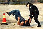 警花狂追一公里劫匪瘫软倒地被擒