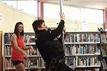 曝一图书馆借钢管舞提高人气
