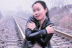 文艺女青年向飞驰火车求合影 逼停列车