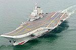 实拍我国航母辽宁舰首次靠泊青岛军港