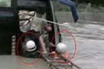 消防员兄弟用身躯架通道挽救26生命现场