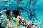 实拍高难度水下接吻大赛情侣憋气56秒夺冠