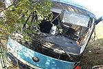 苏州校车翻下高速致8伤 玻璃书本散落一地