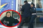 实拍郑州女子取钱被困银行